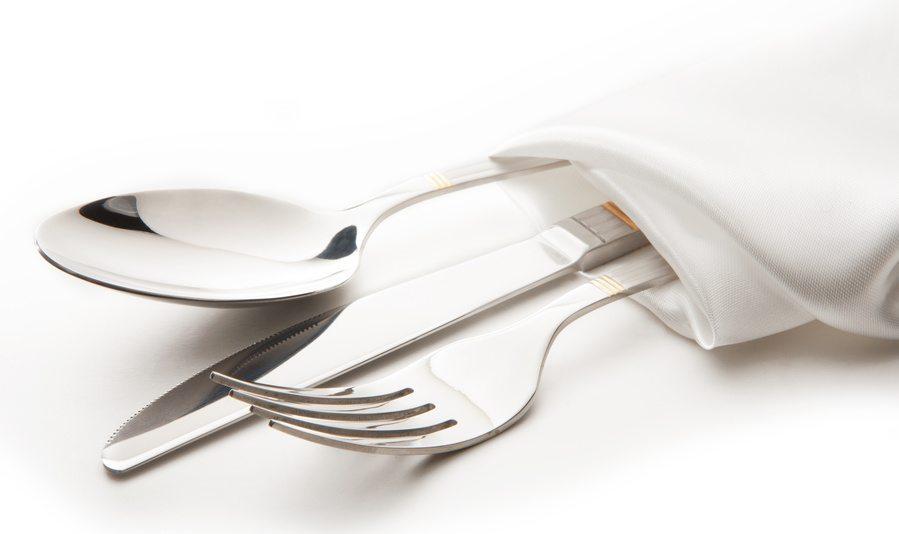 Jede Bestecksammlung sollte die Basics Messer, Gabeln, Suppen- und Teelöffel umfassen. (Bild: ninell / Fotolia.com)