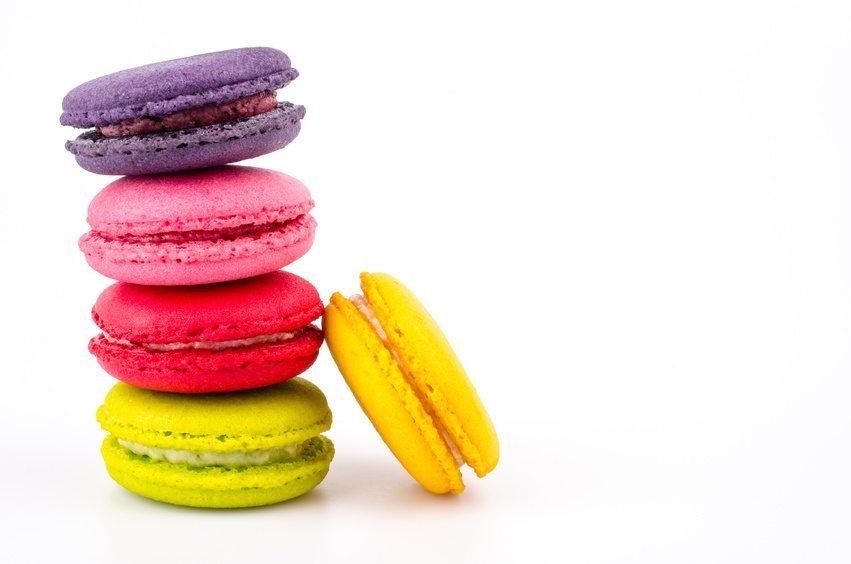 Das Macaron, ein feines Baisergebäck aus Mandelmehl, ist von einem exquisiten Dessertbuffet nicht mehr wegzudenken. (Bild: siraphol / Fotolia.com)