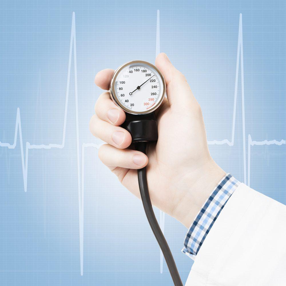 Bluthochdruck ist vor allem erblich bedingt oder ergibt sich durch äussere Umstände. Vor allem starker Salzkonsum, Alkohol, Bewegungsmangel, Nikotin und Stress begünstigen einen zu hohen Blutdruck. (Bild: rosedesigns / Shutterstock.com)