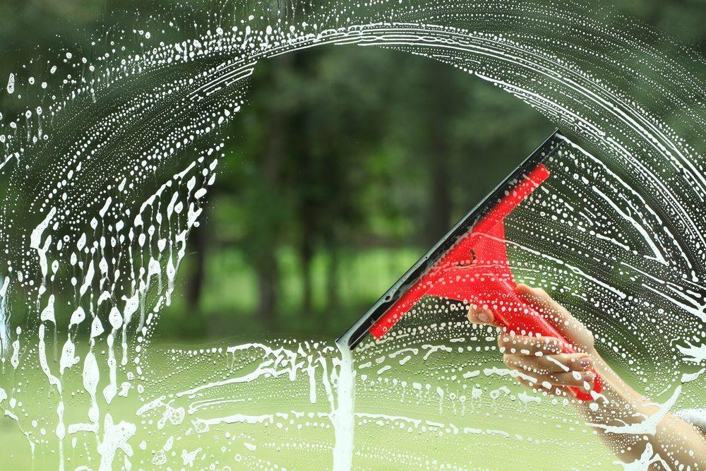 Fensterreinigung. (Bild: Photographee.eu / Shutterstock.com)