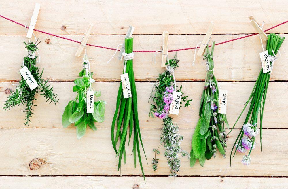 Mit Kräutern ansprechend dekorieren. (Bild: stockcreations / Shutterstock.com)
