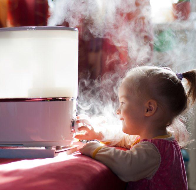 Verdampfer, die bewährte Luftbefeuchtung für Büros und Wohnräume. (Bild: Yury-Stroykin / Shutterstock.com)