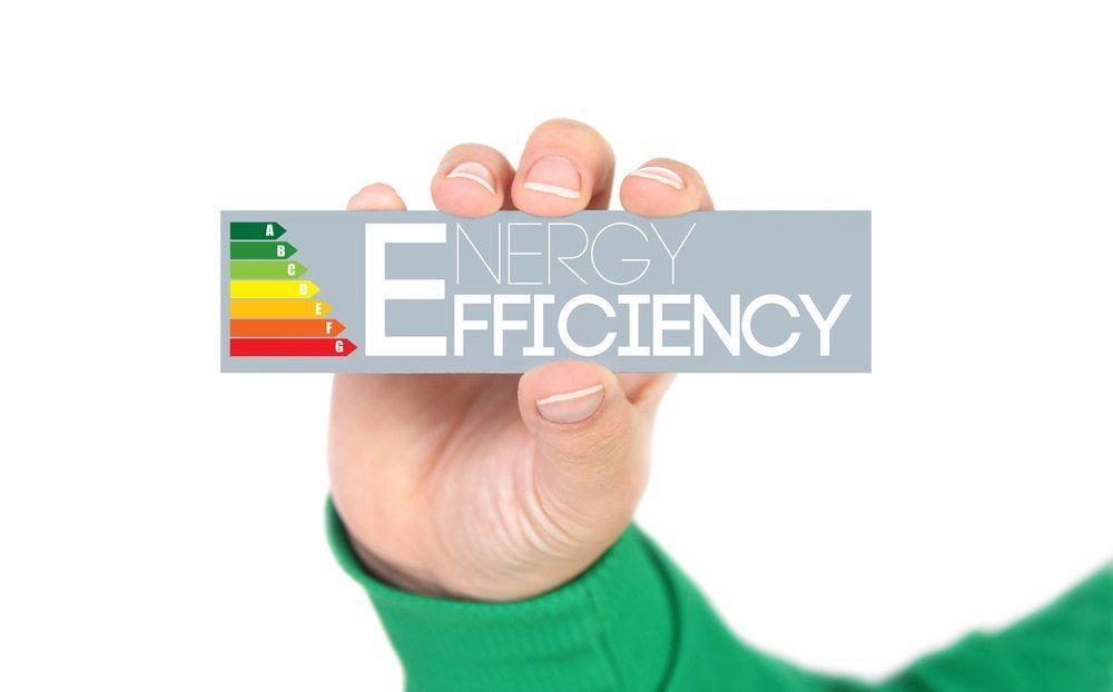 Beim Kauf eines neuen Kühlschrankes sollten Sie zunächst auf die Energieeffizienzklasse des Geräts achten. (Bild: Grasko / Shutterstock.com)