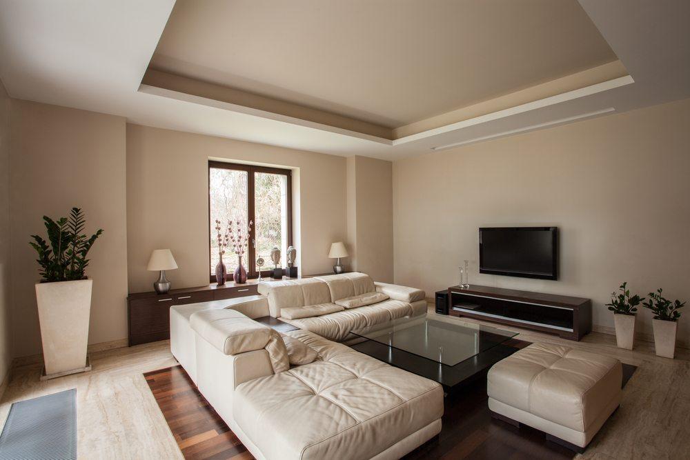 Ist das einzurichtende Zimmer eher klein und etwas dunkel, so empfiehlt sich ein helles Sofa. (Bild: Photographee.eu / Shutterstock.com)
