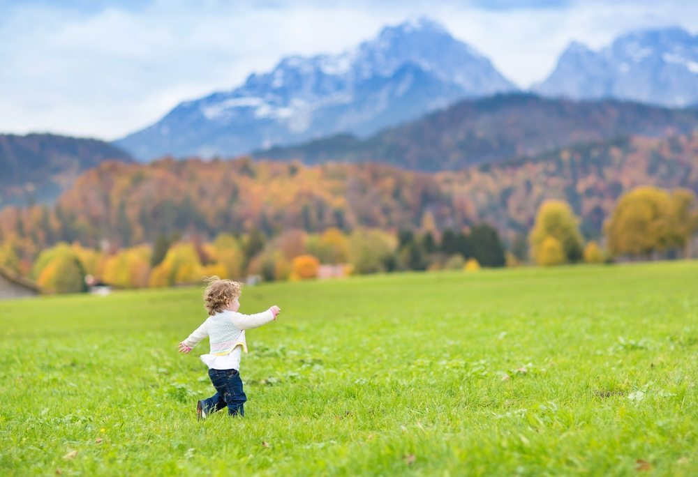 """Das Kinderhotel """"Oberjoch"""" dem Hotel """"Alpenrose"""" steht in kaum etwas nach: Es bietet eine reizvolle landschaftliche Umgebung und viel Auslauf für die Kinder. (Bild: © FamVeld / Shutterstock.com)"""