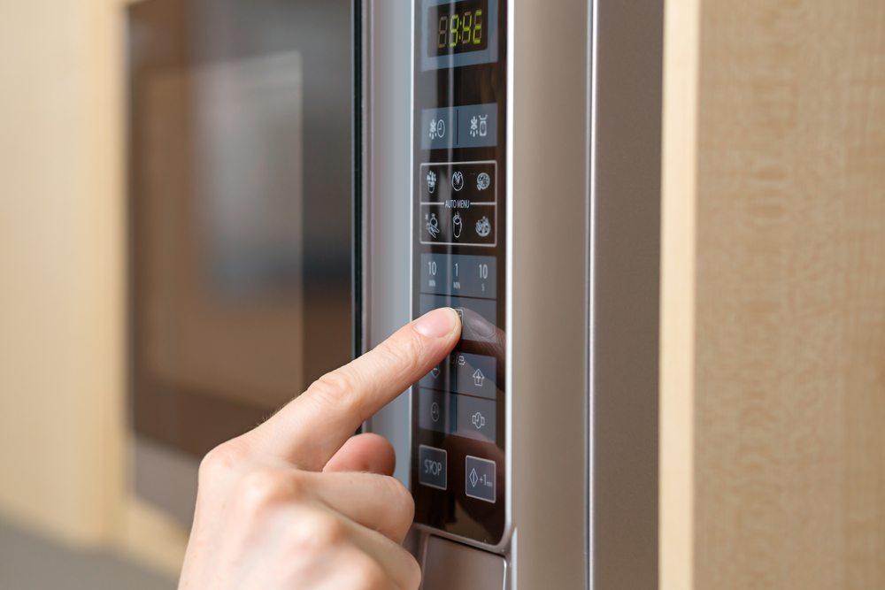 Vor dem Kauf einer Mikrowelle sollten Sie auch auf scheinbar irrelevante Details achten, denn manche Eigenschaften können im alltäglichen Gebrauch stören. (Bild: Sedlacek / Shutterstock.com)