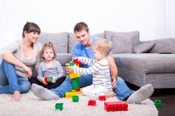 Wer Kinder hat, sollte beim Sofa besonders auf den Bezug Acht geben. (Bild: © drubig-photo - Fotolia.com)