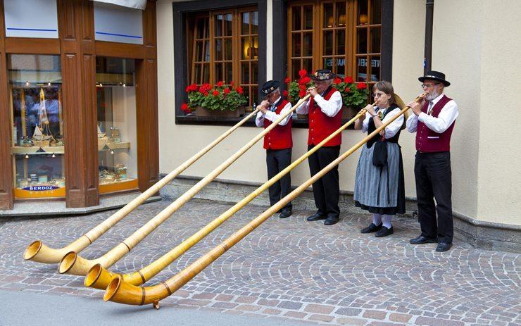 Mit Car-Reisen das eigene Land erkunden: hier Zermatter Folklore. (Bild: VICTOR TORRES - shutterstock.com)
