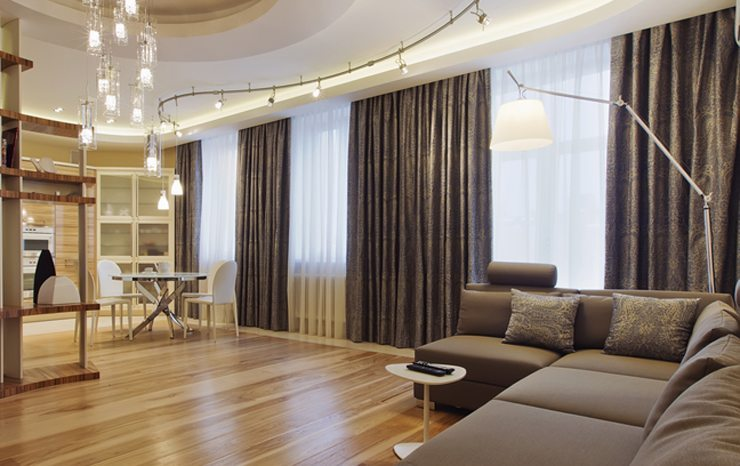 Schöne Vorhänge verleihen dem Raum Charme. (Bild: © Petinov Sergey Mihilovich - shutterstock.com)