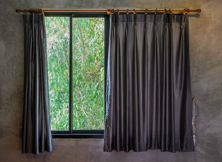 Auch dunkle Vorhänge können Akzente setzen. (Bild: © boonsom - Fotolia.com)