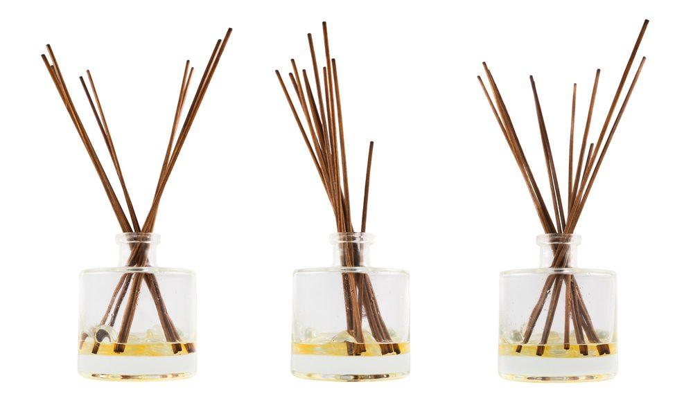 Je weniger Bambushölzer genutzt werden, desto länger hält die angenehm duftende Flüssigkeit. (Bild: exopixel / Shutterstock.com)