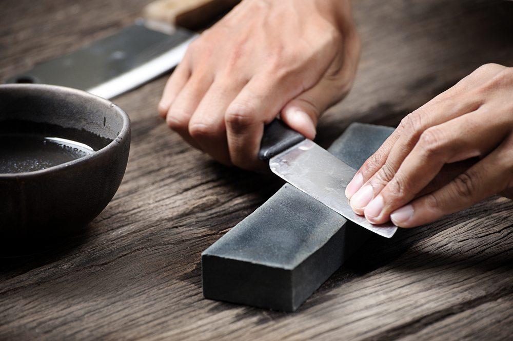Nicht jedem ist handwerkliches Geschick gegeben. Manche Künstler haben ihr teures Schneidewerkzeug am Schleifstein mit einem Wellenschliff versehen. (Bild: NorGal / Shutterstock.com)
