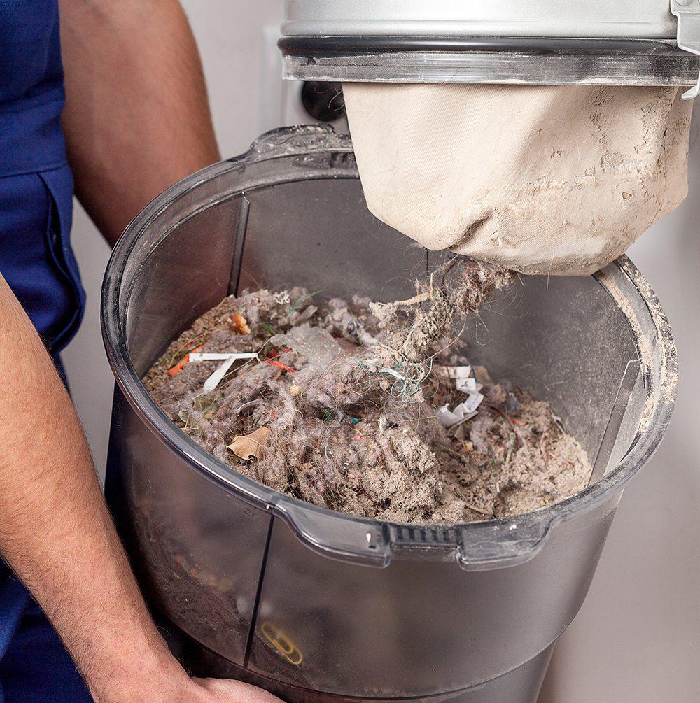 Bei der Anschaffung einer Zentralstaubsaugeranlage ist unbedingt darauf zu achten, dass der Staubbehälter leicht und praktisch ausgeleert werden kann. (Bild: Photographee.eu / Shutterstock.com)