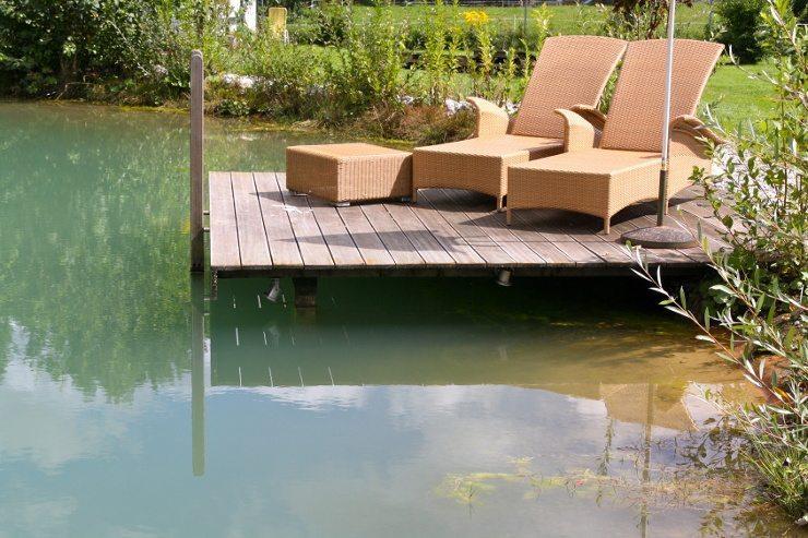Rattanmöbel fügen sich harmonisch in den Garten ein. (Bild: © R. Erler - fotolia.com)