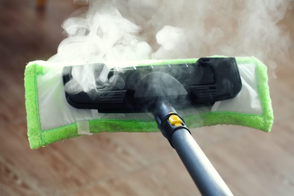 Ein Dampfreiniger sollte immer in Kombination mit einem frischen Mikrofasertuch genutzt werden. (Bild: Pshenina_m / Shutterstock.com)