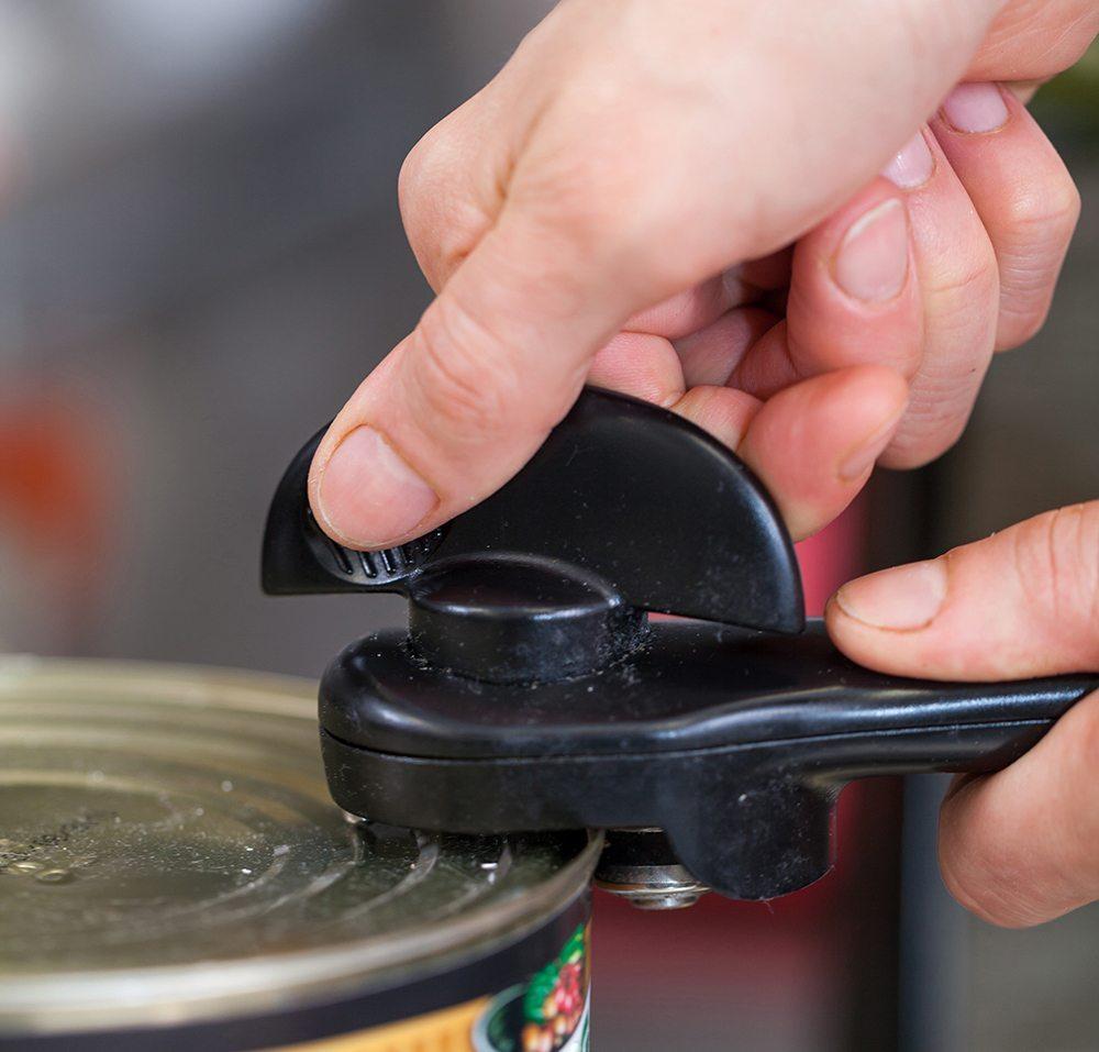 Dosenöffner, die das Blech seitlich auftrennen, sind der neuste Geistesblitz der innovativen Branche. (Bild: juniart / Shutterstock.com)