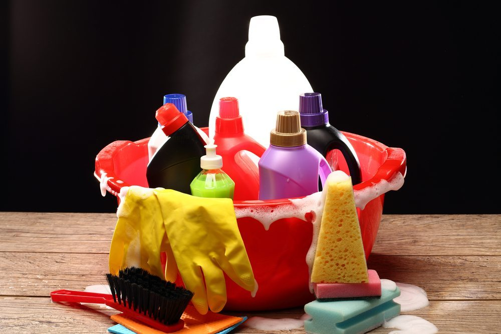Sobald chemische Produkte Einzug ins Badezimmer halten, müssen auch die Schutzvorkehrungen angepasst werden. (Bild: Alex Kosev / Shutterstock.com)