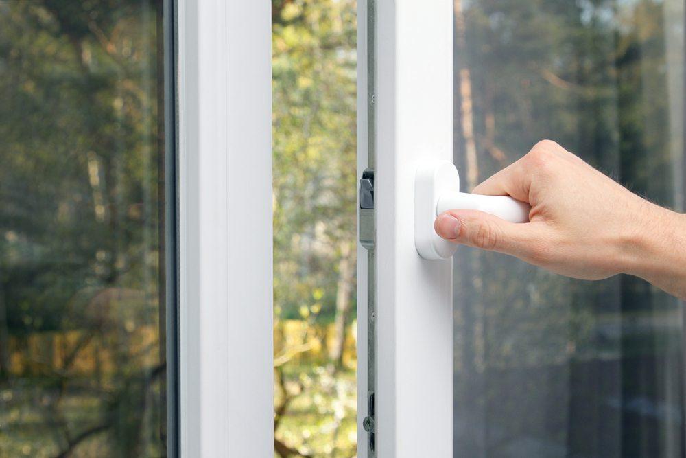Offene Fenster sind Spinnenfaktor Nummer eins und sollten deshalb mit einem entsprechenden Fliegengitter bestückt werden. (Bild: Rostig / Shutterstock.com)