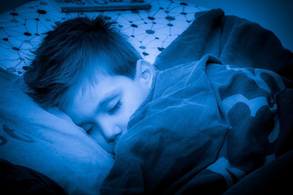 Gegen die Angst vor der Dunkelheit hilft ein einfaches Nachtlicht. (Bild: Semmick Photo / Shutterstock.com)