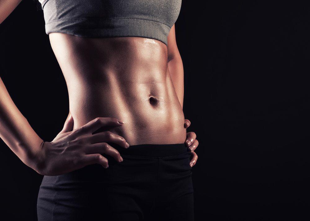 Durch die Arbeitsposition, die Ihnen die Bank vorgibt, trainieren Sie besonders gezielt vor allem die Bauchmuskulatur. (Bild: Nuttapong / Shutterstock.com)