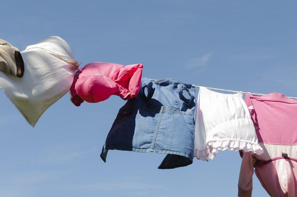 Wäsche draussen zu trocknen ist eine Kunst für sich! (Bild: ub-foto / Shutterstock.com)