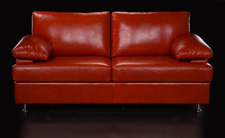 Ein rotes Sofa ist ein besonderer Hingucker. (Bild: © photosphobos - shutterstock.com)