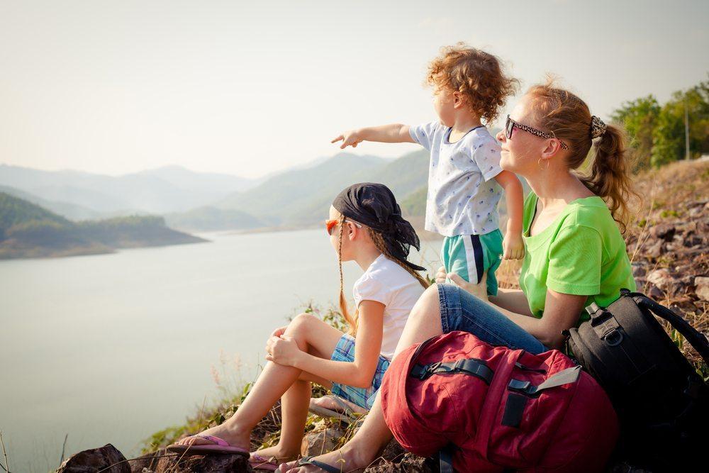 Damit Sie die Sommerzeit geniessen können, sollten Sie immer den richtigen Sonnenschutz wählen. (Bild: Altanaka / Shutterstock.com)