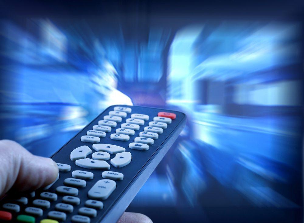 Alle gängigen TV-Geräte und Receiver haben die Möglichkeit, eine Kindersperre einzurichten. (Bild: udra11 / Shutterstock.com)