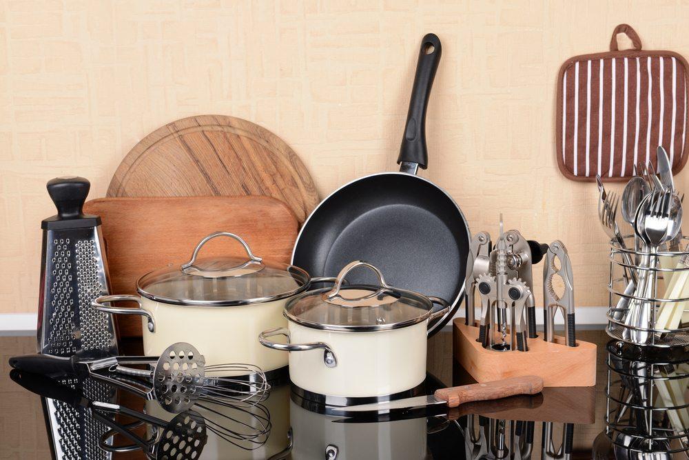 Gewisse Küchengeräte sollten bei einer praktischen Ausstattung nicht fehlen. (Bild: Africa Studio / Shutterstock.com)