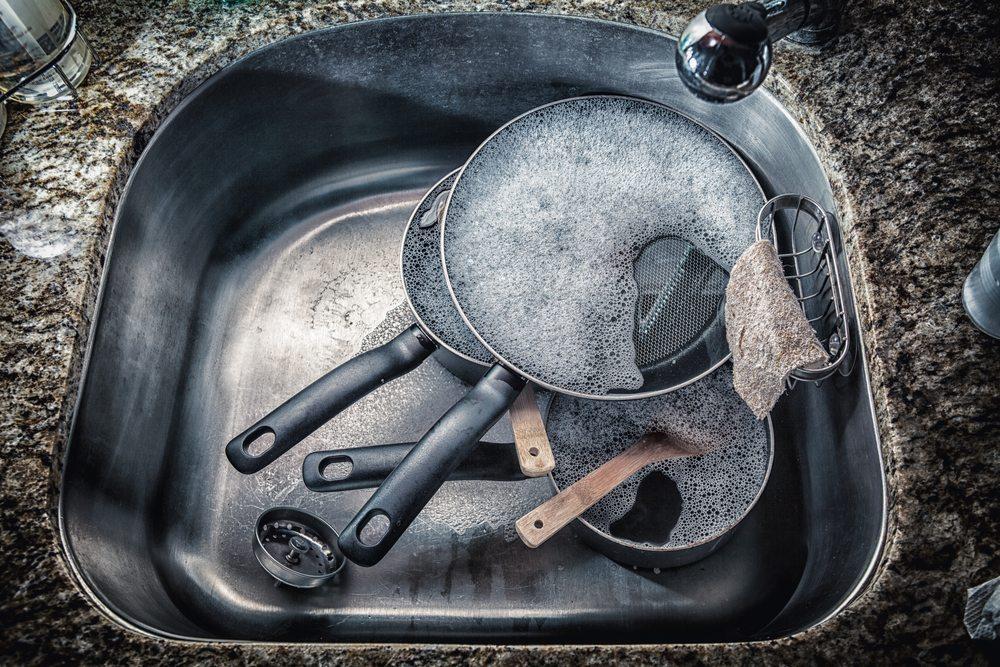 Pfanne im Spülbecken reinigen. (Bild: Wilson Araujo / Shutterstock.com)
