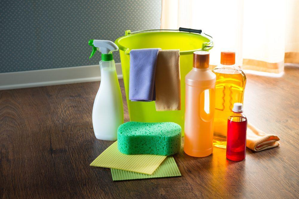 Reinigungsmittel für die Zwischenreinigung. (Bild: Stokkete / Shutterstock.com)