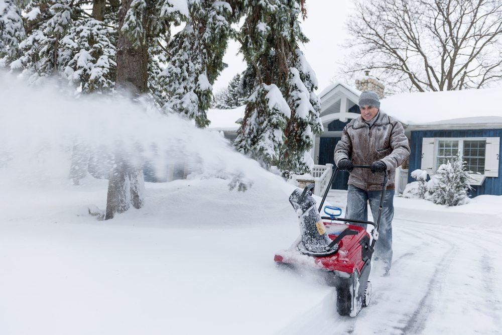 Neben den klassischen Geräten gibt es auch die Hybrid-Schneefräsen, die extrem leise zwischen den verschiedenen Einsatzorten bewegt werden können. (Bild: Elena Elisseeva / Shutterstock.com)