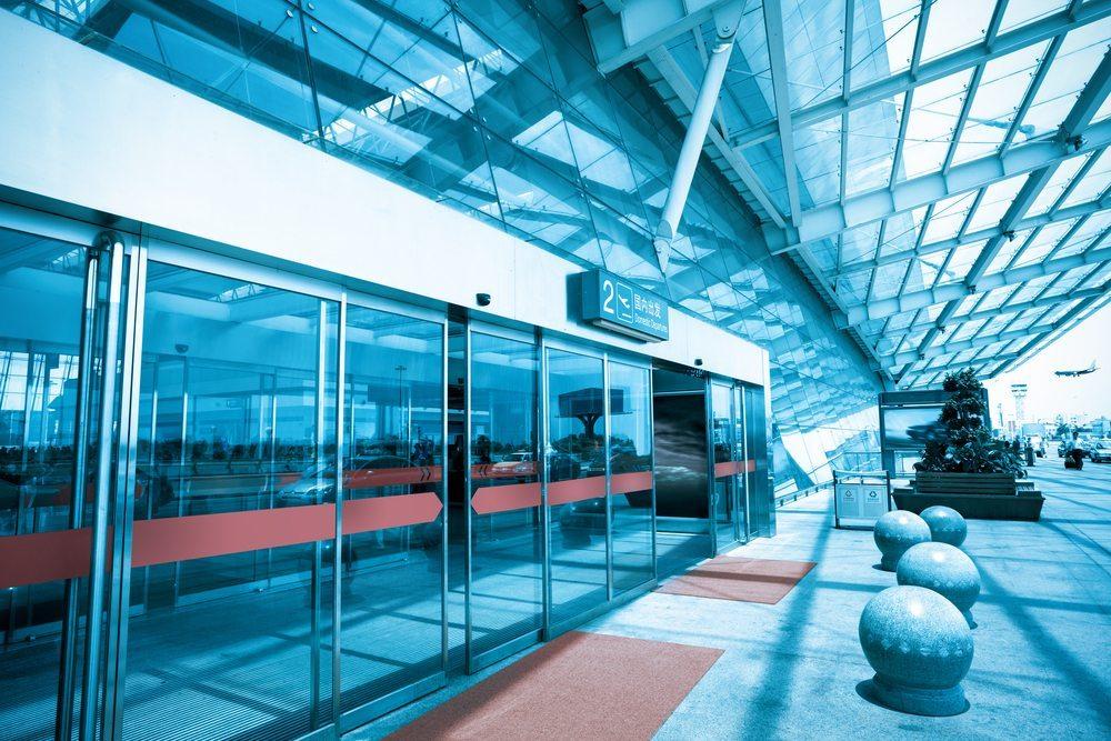 Bevorzugt sind es die Kundeneingangstüren, die mithilfe eines Bewegungsmelders und spezifischen elektromechanischen Antrieben geöffnet werden (Bild: Chungking / Shutterstock.com)