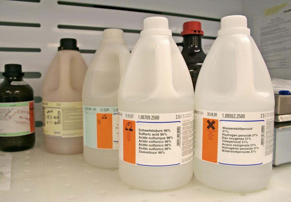 Schimmel effektiv bekämpfen mit chemischen Produkten und altbewährten Hausmitteln. (Bild: WH CHOW / Shutterstock.com)
