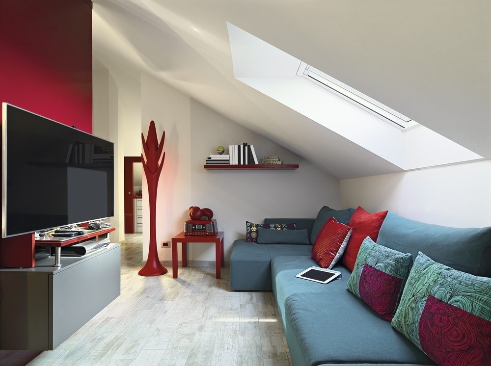 Auch im Dachboden-Wohnzimmer darf natürlich eine Sitzecke nicht fehlen ( Bild : AdPephoto / Shutterstock.com)