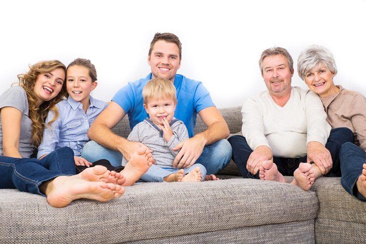 Ein Ecksofa bietet genügend Platz für die ganze Familie. (Bild: © drubig - fotolia.com)