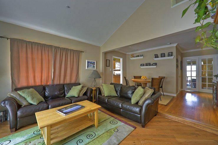 Das Wohnzimmer durch eine schöne Polstergruppe aufwerten. (Bild: © la_photog - fotolia.com)