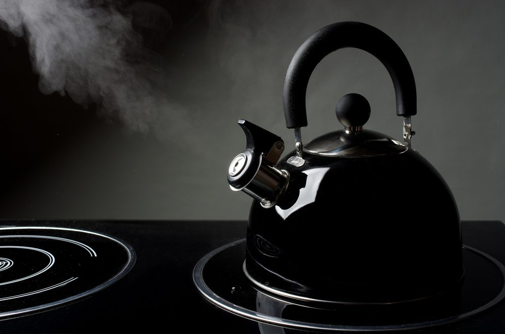 Linkshänder benötigen spezielle Küchengeräte, da sich ansonsten Nutzen, Komfort und Sicherheit verringern. (Bild: Zheltyshev / Shutterstock.com)