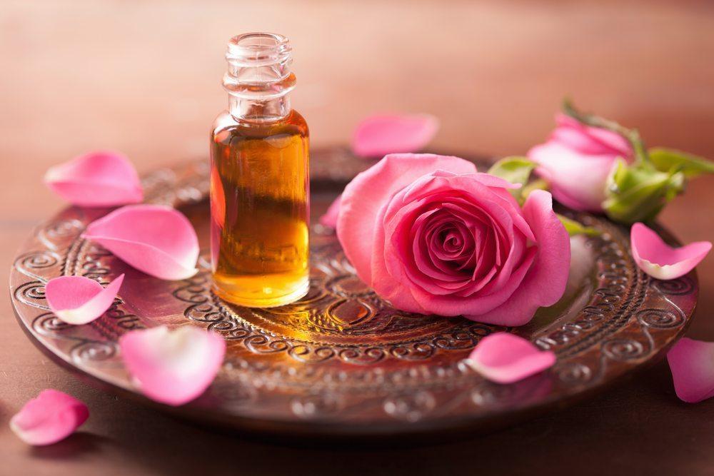 Produkte aus Rosenblüten eignen sich bestens zur Gesundheits- und Schönheitspflege. (Bild: Olga Miltsova / Shutterstock.com)