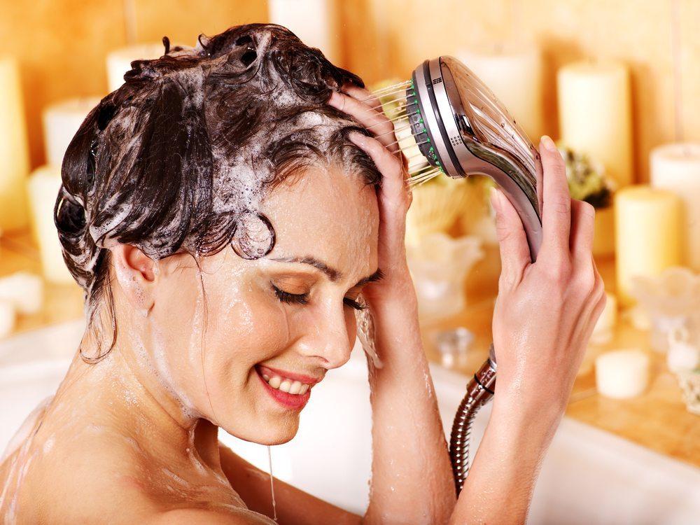 Haare waschen, aber richtig. (Bild: Poznyakov / Shutterstock.com)