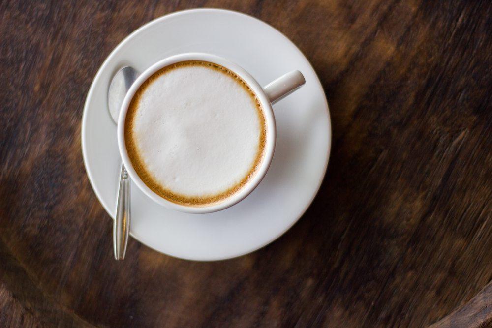 Latte macchiato, Cappuccino & Co. lassen sich mit einem guten Milchaufschäumer auch in der eigenen Küche perfekt zubereiten. (Bild: Folk Naknaka / Shutterstock.com)