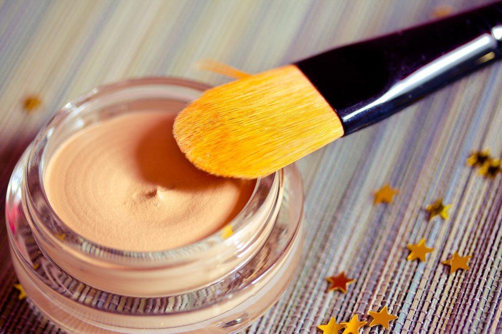 Wer nicht von Natur aus eine perfekte Haut hat, hilft ein bisschen nach - mit einem Concealer. (Bild: Faithie / Shutterstock.com)
