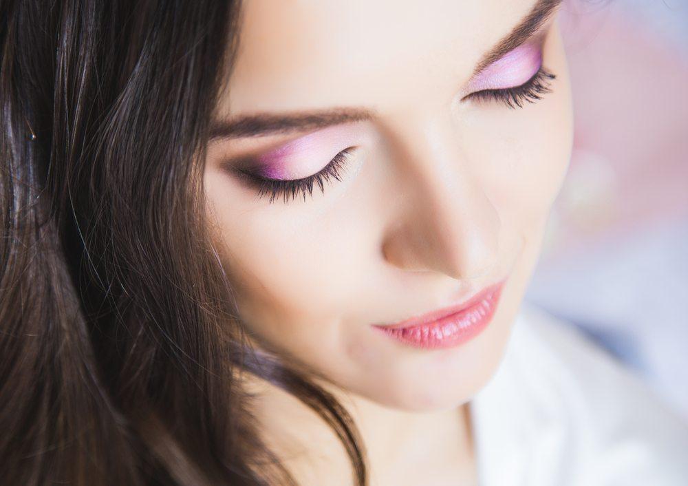 Klebbarer Lidschatten gewährleistet perfektes Augen-Make-up und schafft durch unkompliziertes Auftragen eine Zeitreduktion beim Schminken. (Bild: Daria_Cherry / Shutterstock.com)