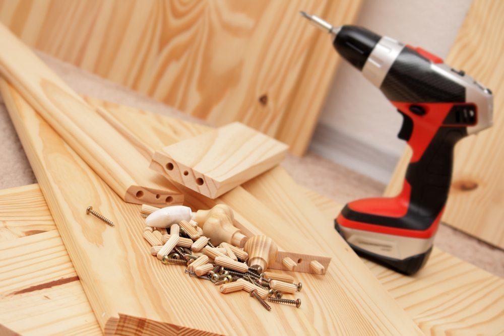 Für den Möbelaufbau brauchen Sie keinen vollgepackten Werkzeugkoffer. Wenige passende Werkzeuge genügen.