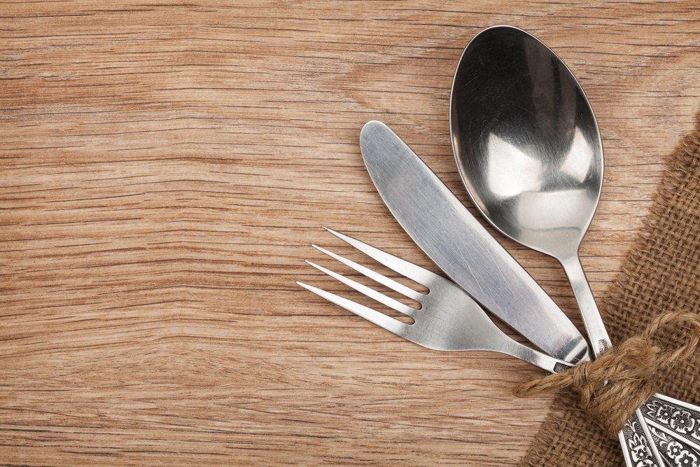 Mit wenigen Mitteln bringen Sie angelaufenes Silberbesteck schnell wieder zum Glänzen. (Bild: Evgeny Karandaev / Shutterstock.com)