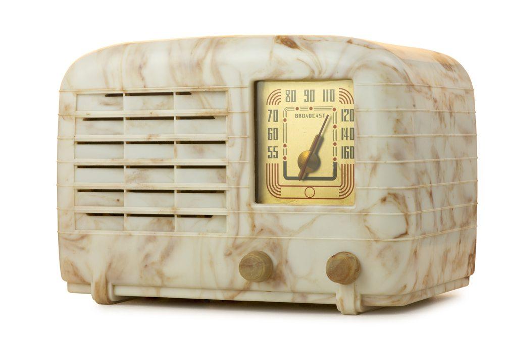 Radiogerät mit Bakelit-Gehäuse mit charakteristischer Marmorierung. (Bild: Sergio Schnitzler / Shutterstock.com)