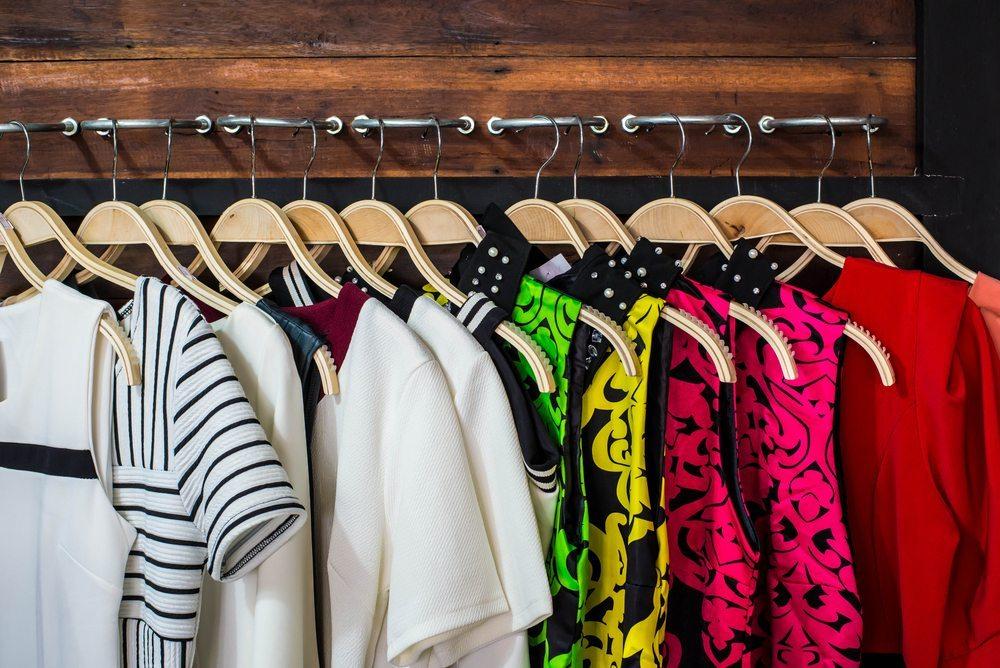 Kleiderstangen aus Holz sind besonders schön. (Bild: Watcharapol Amprasert / Shutterstock.com)
