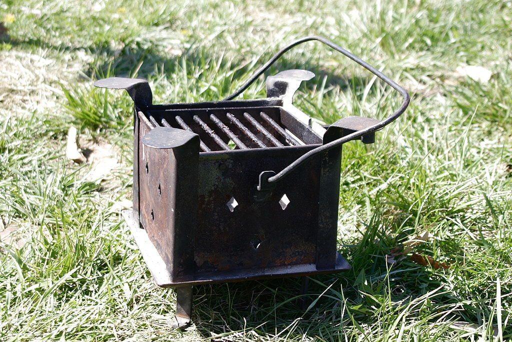 Bei Feuerschalen aus Gusseisen können Sie oft einen Gitterrost auflegen und die Schale als Grill verwenden. (Bild: Robert Lawton, Wikimedia, CC)