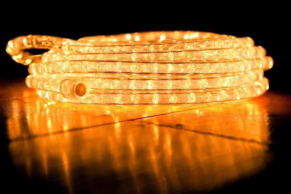 Heutzutage benutzt der Lichtregisseur LED-Schläuche für tolle Weihnachtsbeleuchtung und spart dabei Strom. (Bild: Steve Mann / Shutterstock.com)