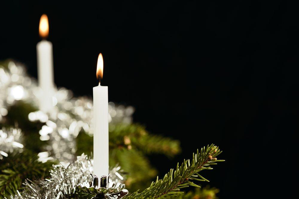 Ob die edlen Originale oder jene aus Kunststoff- Christbaumkugeln gehören zu Weihnachten einfach dazu. (Bild: Jari Hindstroem / Shutterstock.com)